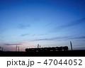 夕焼け 電車 シルエット 47044052