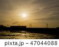 夕焼け 電車 シルエット 47044088