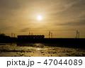 夕焼け 電車 シルエット 47044089