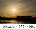 夕焼け 電車 シルエット 47044091