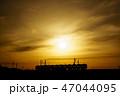 夕焼け 電車 シルエット 47044095