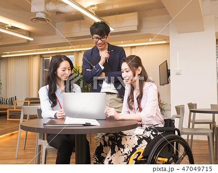 日本ユニバーサルマナー協会監修素材 車椅子に乗ったビジネスウーマンのミィーティングシーン 47049715