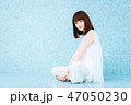 若い 白 座るの写真 47050230