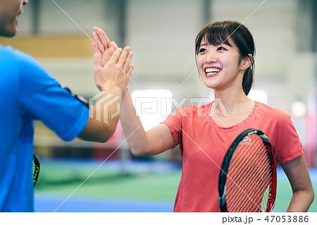 テニス ハイタッチ 47053886