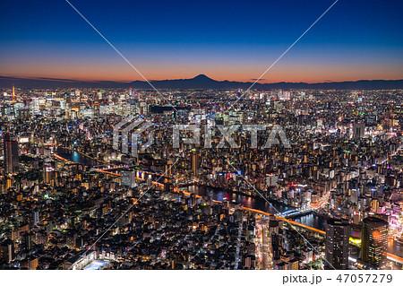 《日本の絶景》東京の夜景・富士山を望む《スカイツリー展望台より》 47057279