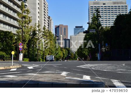 東京都千代田区の六本木通り越しに、「外務省上」の交差点から「霞が関一丁目」の交差点方面を撮影した写真 47059650