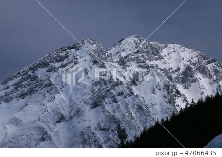 雪の八ヶ岳連峰 赤岳と赤岳頂上山荘 遠景 47066435