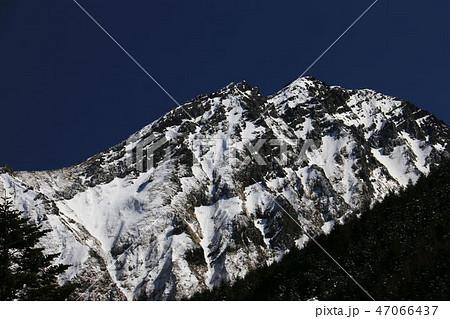 雪の八ヶ岳連峰 赤岳と赤岳頂上山荘 遠景 47066437