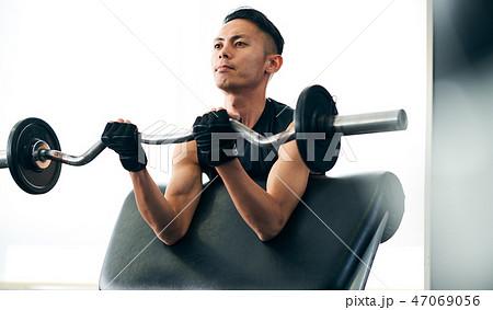 腕を鍛える男性 47069056