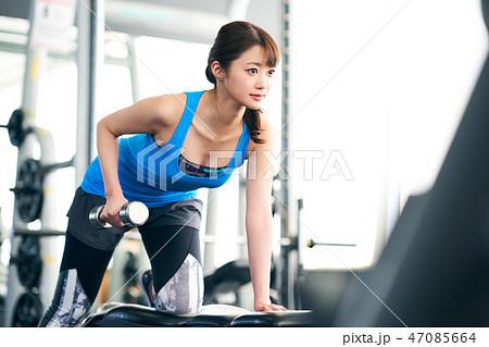 腕を鍛える女性 47085664