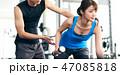 トレーナーと腕を鍛える女性 47085818