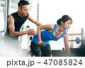 トレーナーと腕を鍛える女性 47085824