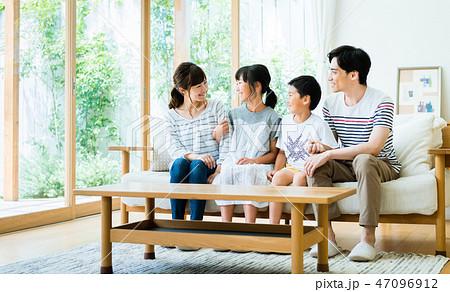 若い家族 47096912