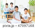 家族 子供 笑顔の写真 47097168