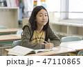 勉強する子ども(小学校の教室) 47110865
