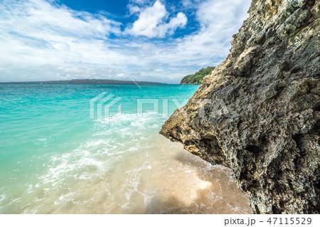 Rocks on the Puka beach, Beautiful azure sea and bright blue sky. 47115529