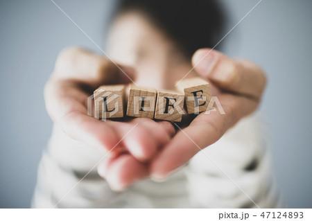 LIFEを持つ人の手 47124893