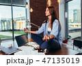 女性 瞑想する 座っているの写真 47135019