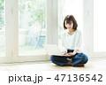 女性 パソコン リビングの写真 47136542