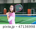 若い女性、テニスコート、ラケット 47136998