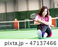 若い女性、テニスコート、ラケット、座る 47137466