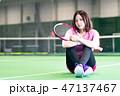 若い女性、テニスコート、ラケット、座る 47137467