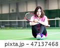 若い女性、テニスコート、ラケット、座る 47137468