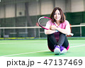 若い女性、テニスコート、ラケット、座る 47137469