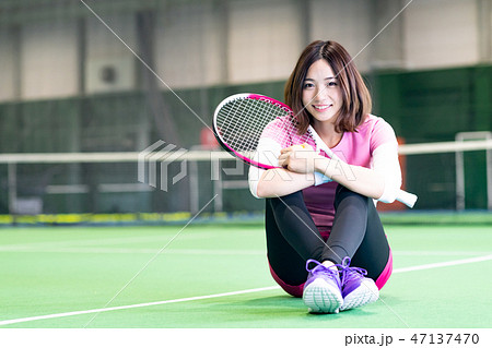 若い女性、テニスコート、ラケット、座る 47137470