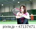若い女性、テニスコート、ラケット、座る 47137471