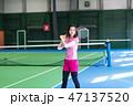 若い女性、テニスコート、ラケット 47137520