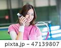若い女性、スポーツ、水分補給、テニスコート、ラケット 47139807