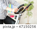 エアロバイクで体を鍛える女性 47150256