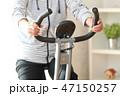 エアロバイクで体を鍛える女性 47150257