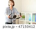 フィットネスバイクで体を鍛える女性 47150412
