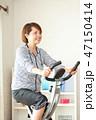 フィットネスバイクで体を鍛える女性 47150414