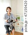 フィットネスバイクで体を鍛える女性 47150420