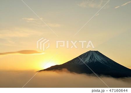 富士山と雲海 そして夜明けの光 47160644