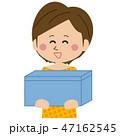 ポップなショートカットの女性 宅配を受け取る 47162545