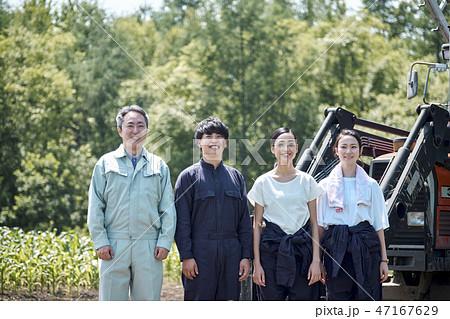 男女 農業 トラクター 47167629