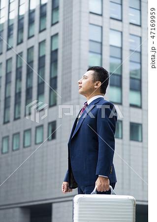 ジュラルミンケースを持つビジネスマン 47169959
