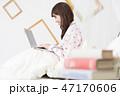 ベッドでパソコンをする女性 47170606