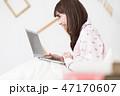 ベッドでパソコンをする女性 47170607