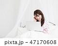 ベッドでパソコンをする女性 47170608
