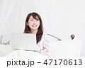ベッドでパソコンをする女性 47170613