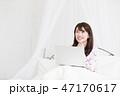 ベッドでパソコンをする女性 47170617