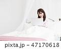 ベッドでパソコンをする女性 47170618