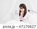ベッドの上でパソコンをする女性 47170627