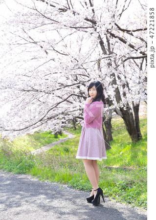 若い女性と桜 47221858