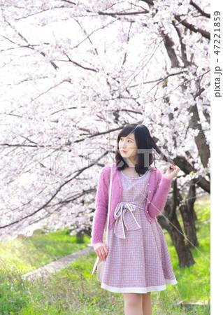 若い女性と桜 47221859